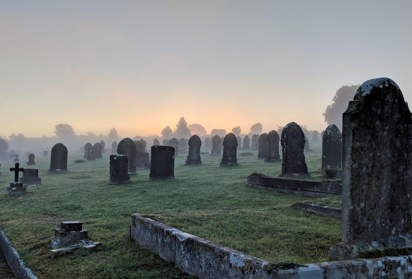 Cemitério com aspecto assustador