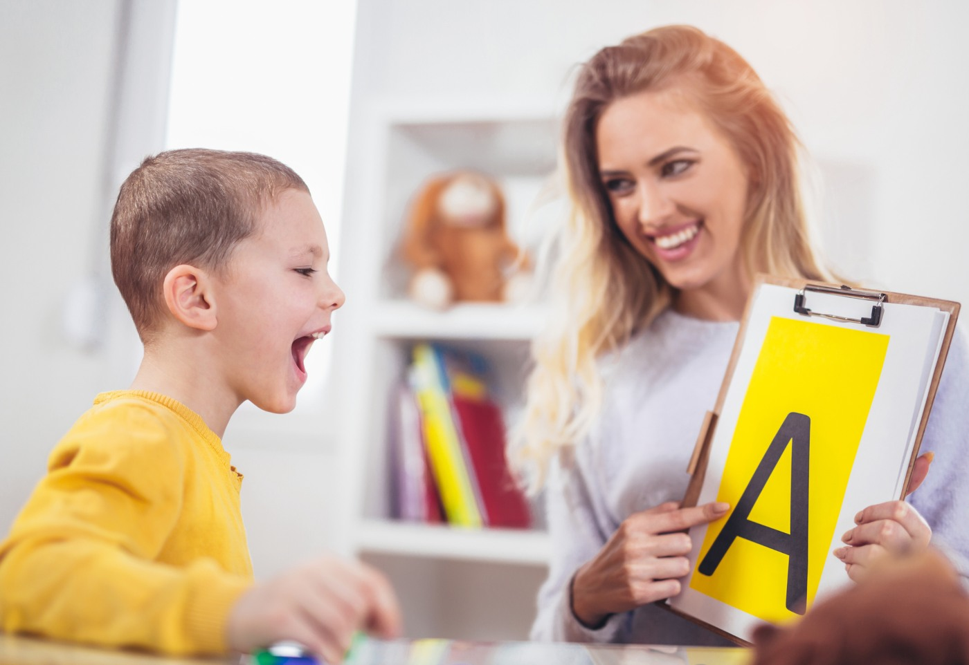Terapeuta da fala ensina criança
