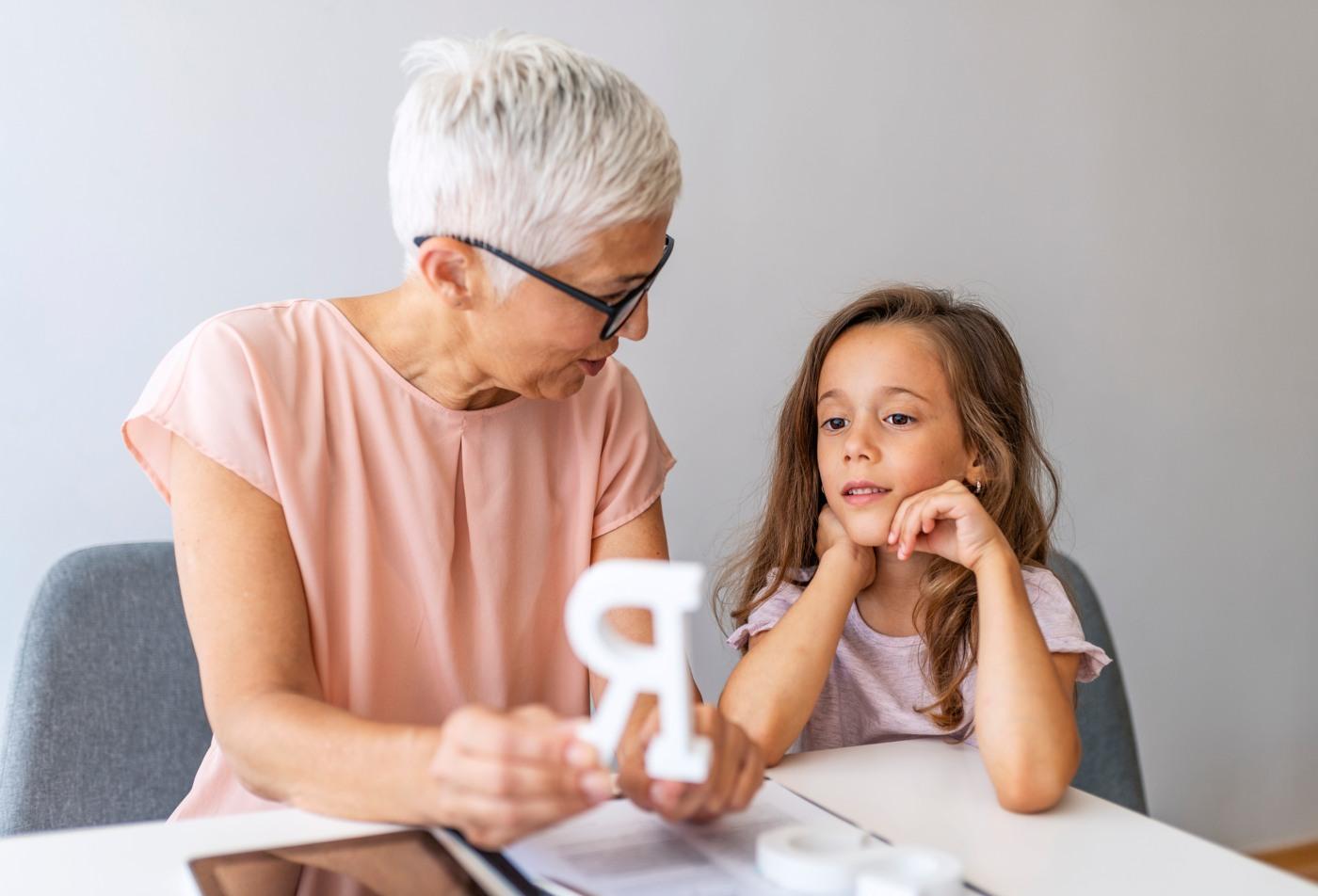 Criança em sessão de terapia da fala