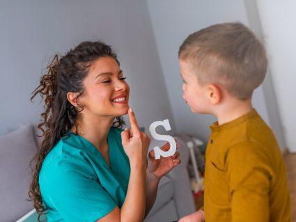 Criança em aula de terapia da fala
