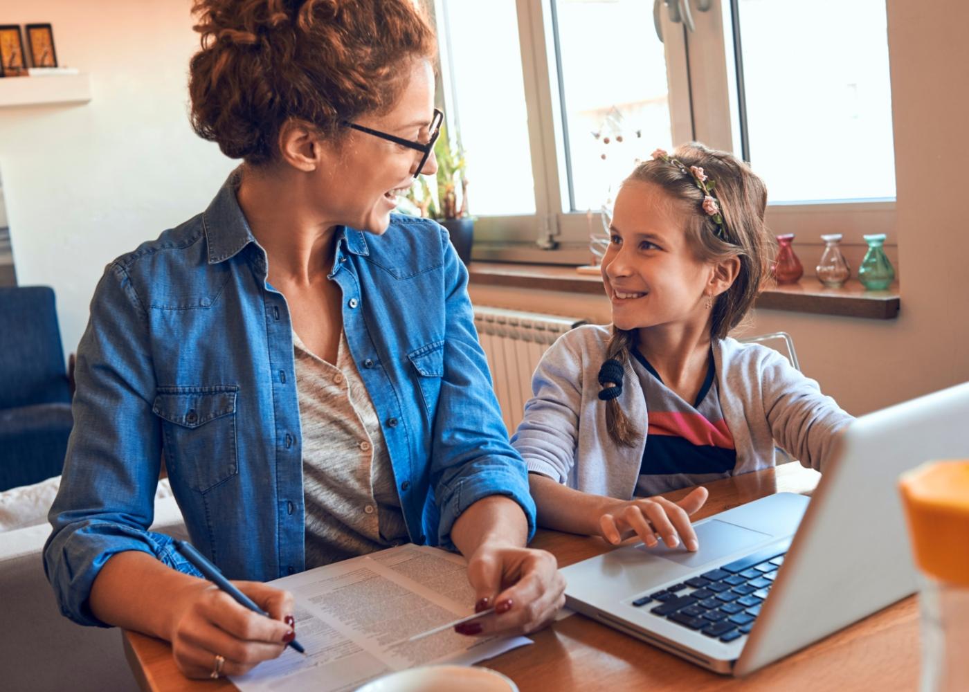 Mãe e filha a tratar do processo de transferência de escola