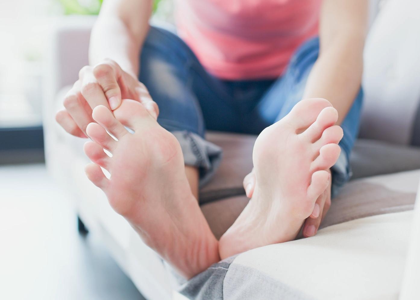 Mulher com dores nos pés