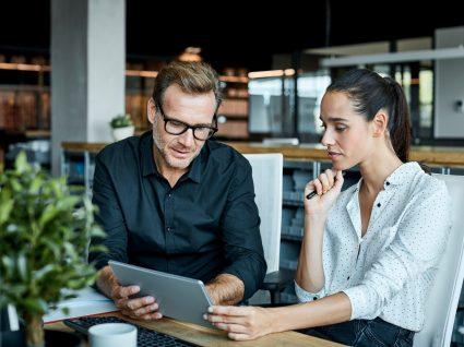 homem e mulher colegas de trabalho a visitar página da comissão para a igualdade no trabalho e emprego
