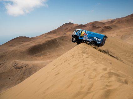 camiao no deserto