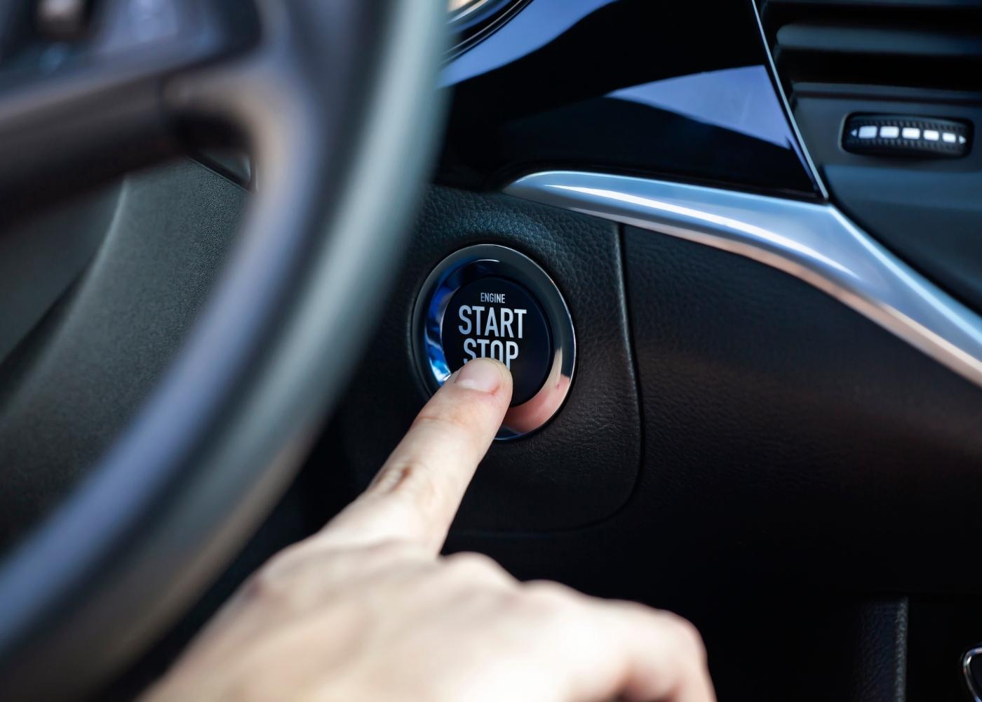 condutor a carregar no botão start and stop