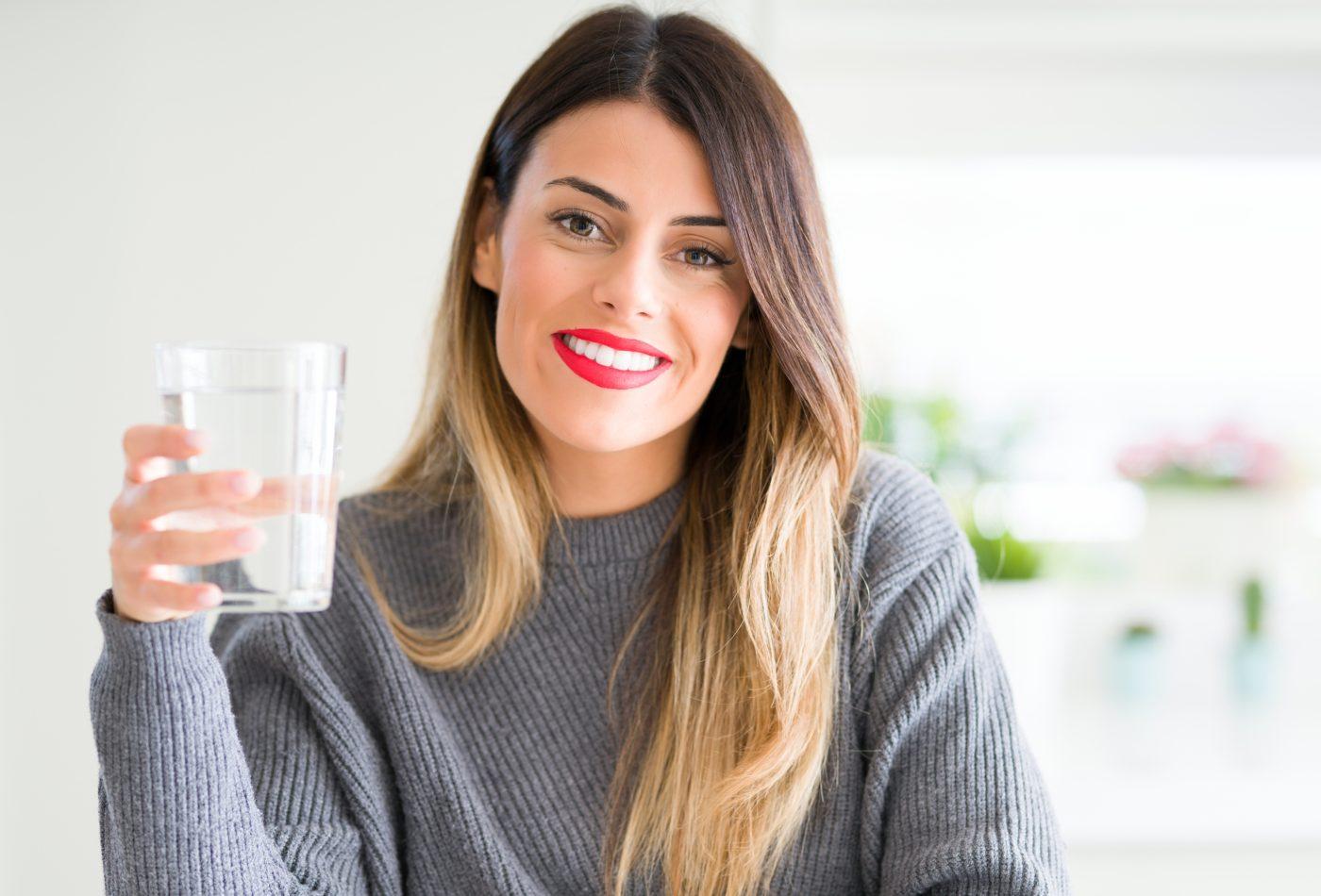 Mulher a beber copo de água