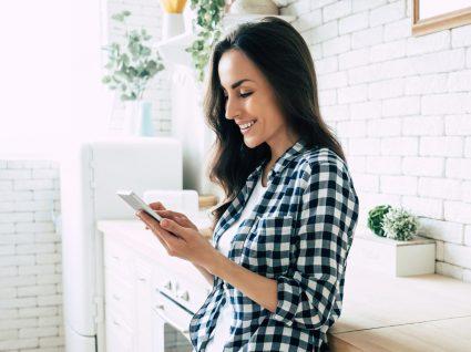 mulher a consultar apps para organização da casa