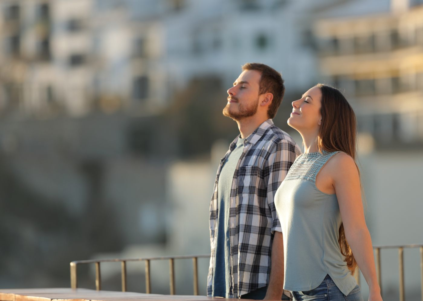 Casal faz exercício para respirar melhor