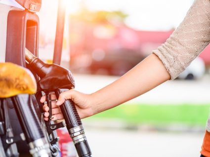 pessoa na bomba de gasolina a ver se pode misturar gasolina 95 e 98