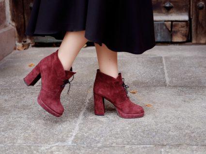 Mulher com botas até 50 euros