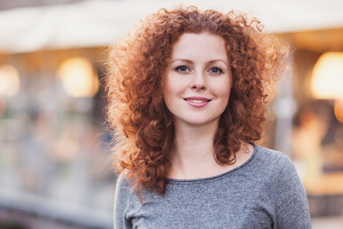 Mulher com cabelo encaracolado