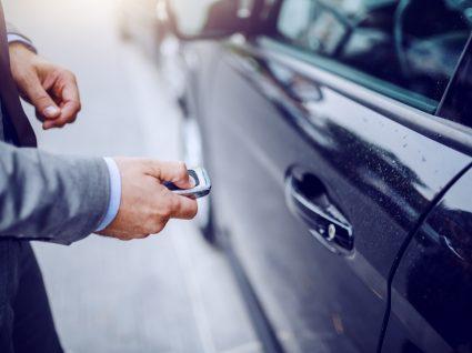 comprador a entrar num dos melhores carros usados até 5 mil euros