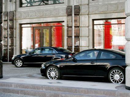 carro de luxo estacionados