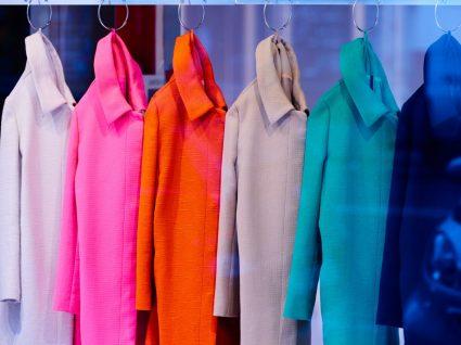 Casacos coloridos em loja