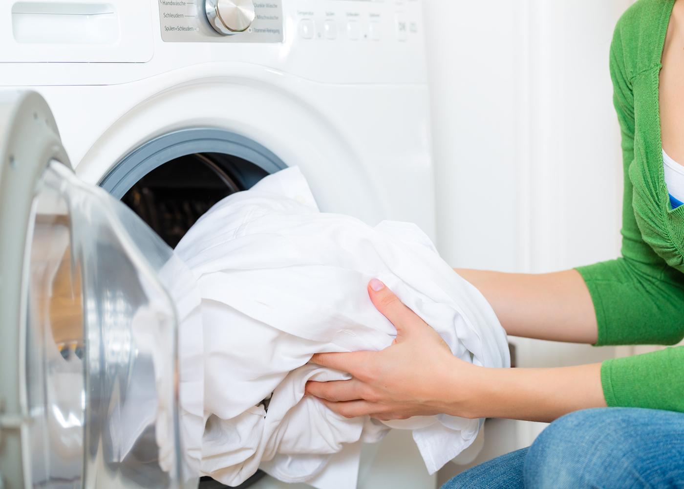colocar roupa na máquina