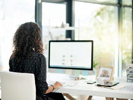 mulher a desenvolver competências informáticas