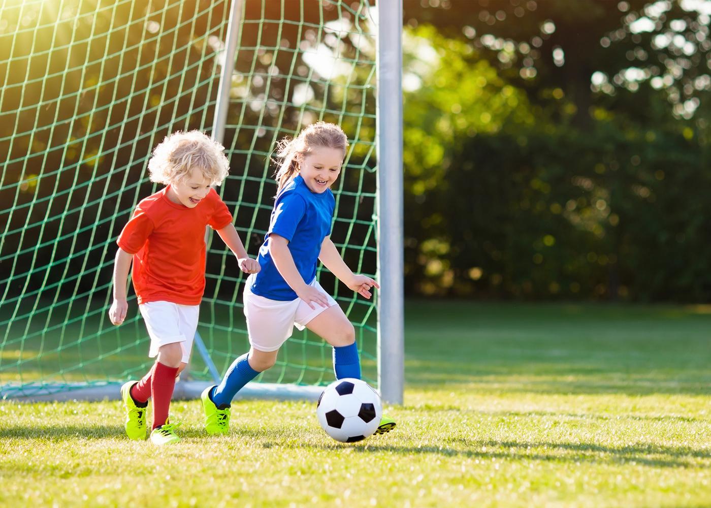 crianças a jogar futebol