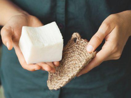 pessoa com barra de sabão na mão para mostrar detergente a granel