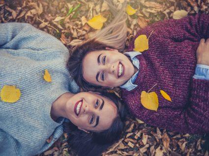 mulheres com looks de outono confortáveis