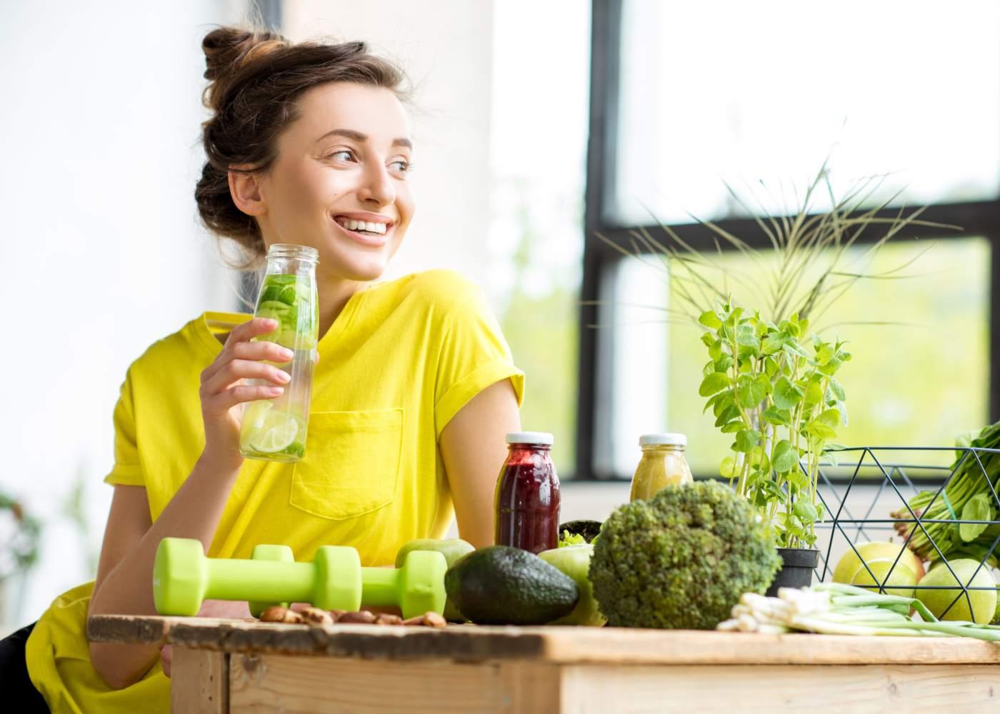Mulher a fazer alimentação saudável