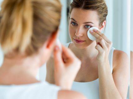 Mulher a aplicar esfoliante para o rosto