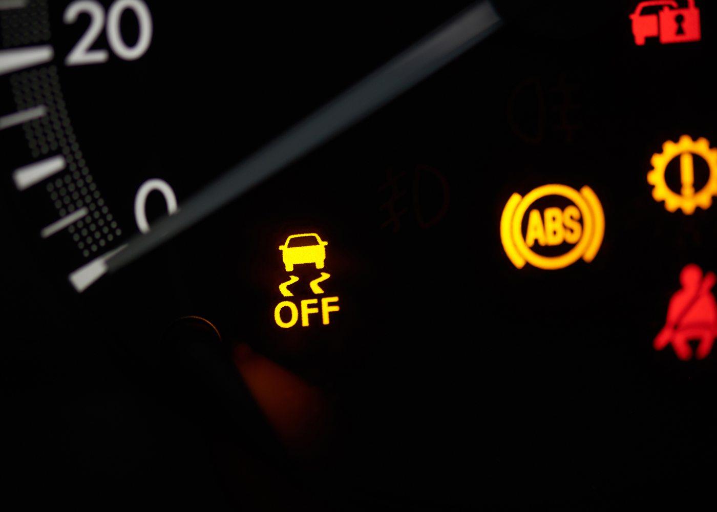painel de instrumentos de carro a indicar sistemas de segurança obrigatórios