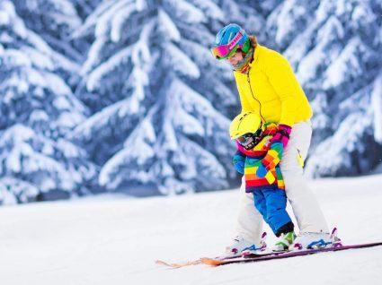 Mãe e filho em estância de ski