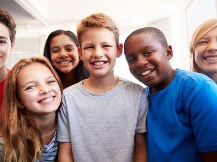crianças a sorrir