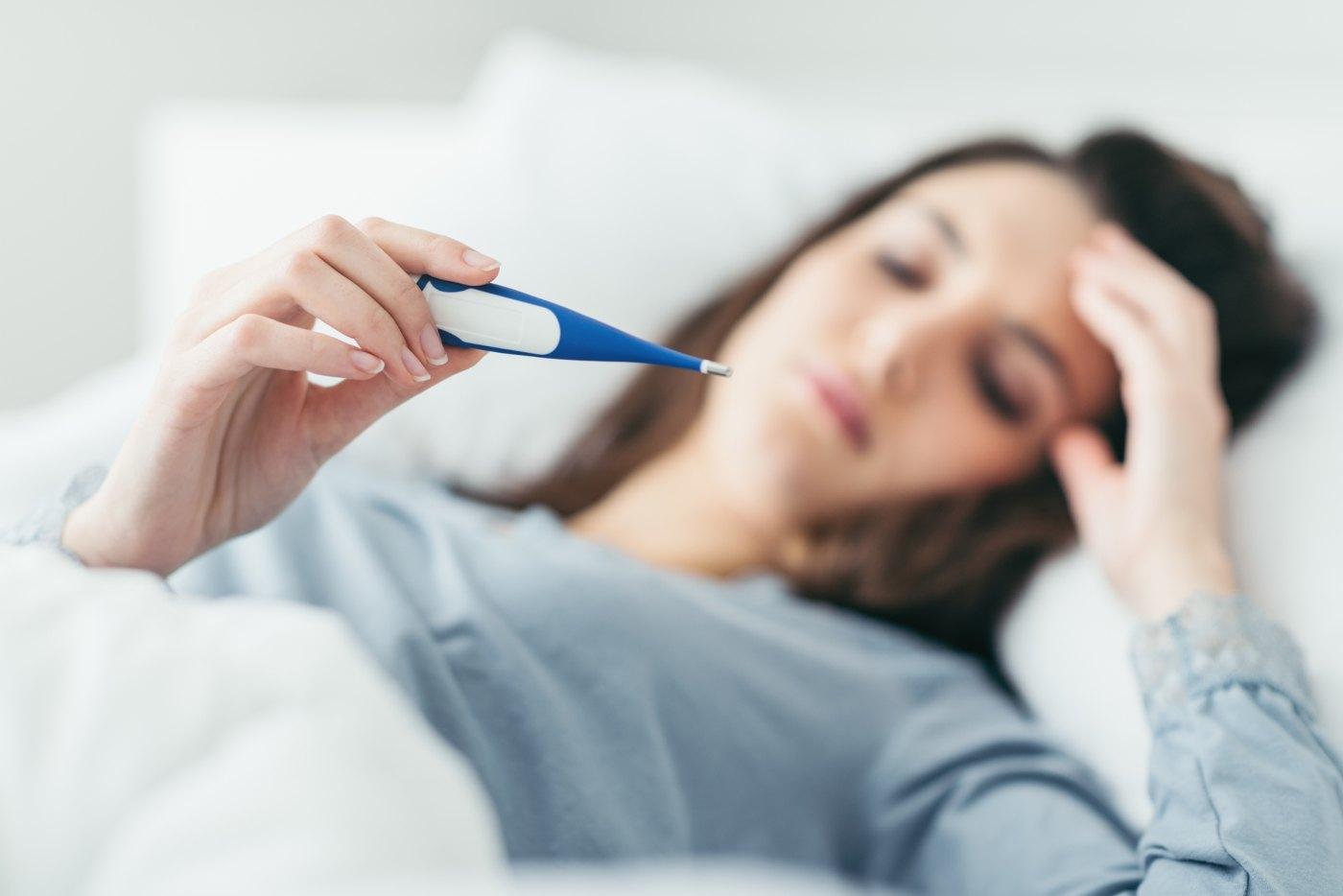 Mulher a medir a febre
