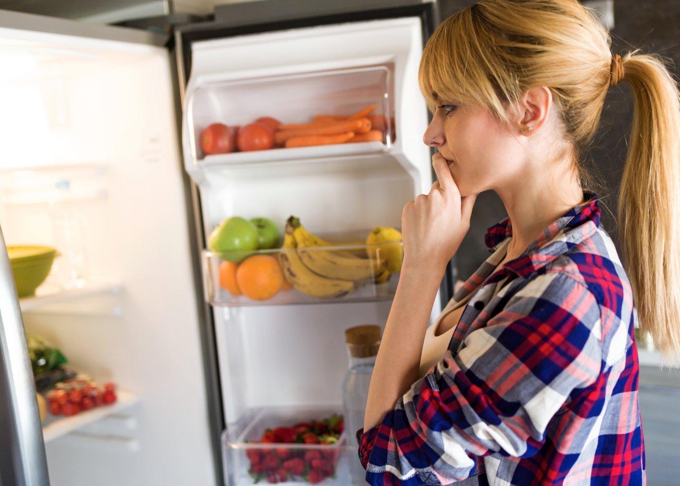 Mulher a decidir que hidratos de carbono comer