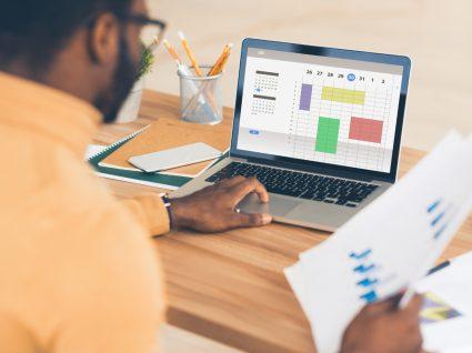 homem no computador a organizar agenda para fazer gestão de tempo