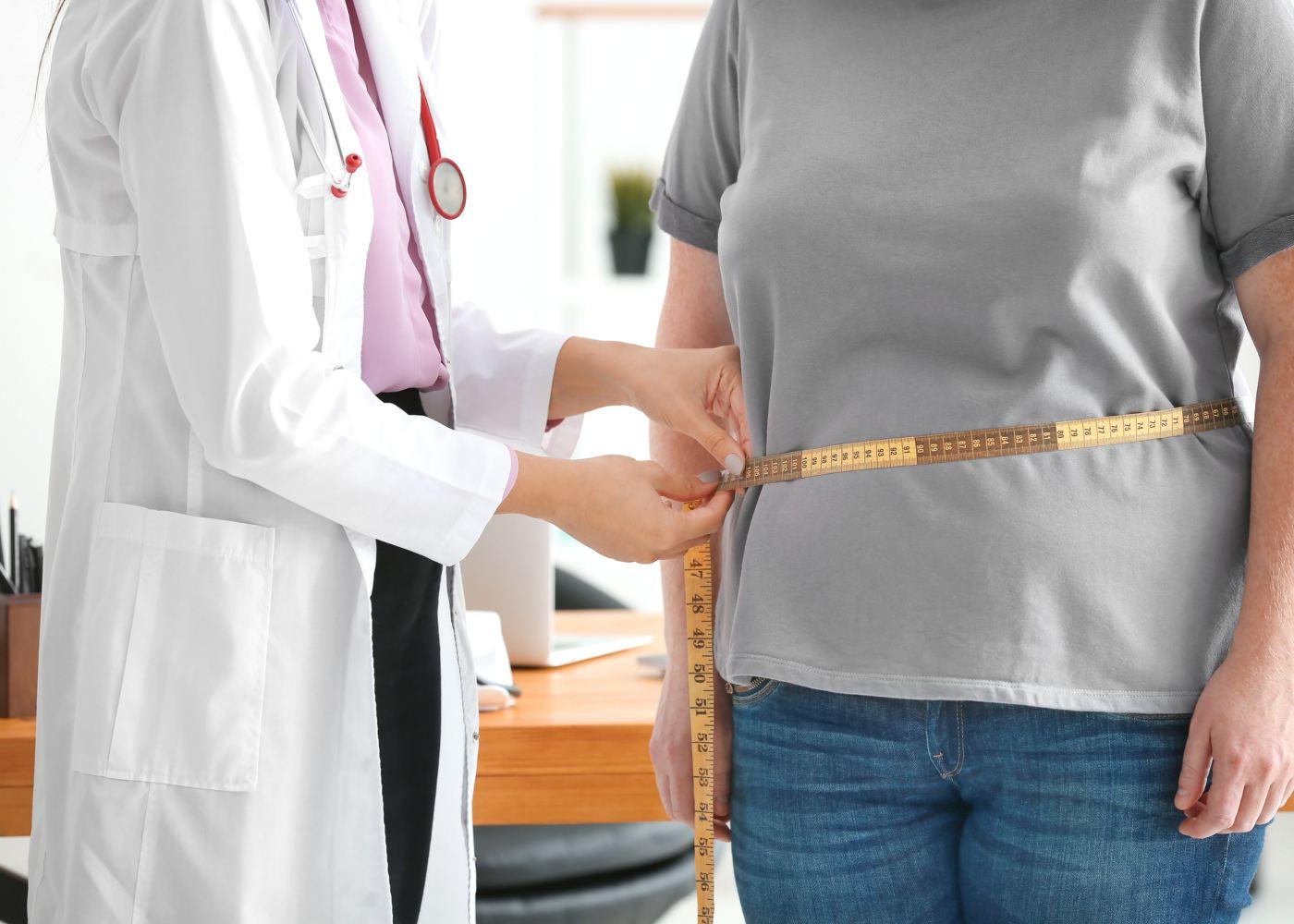 Mulher com gordura localizada no médico