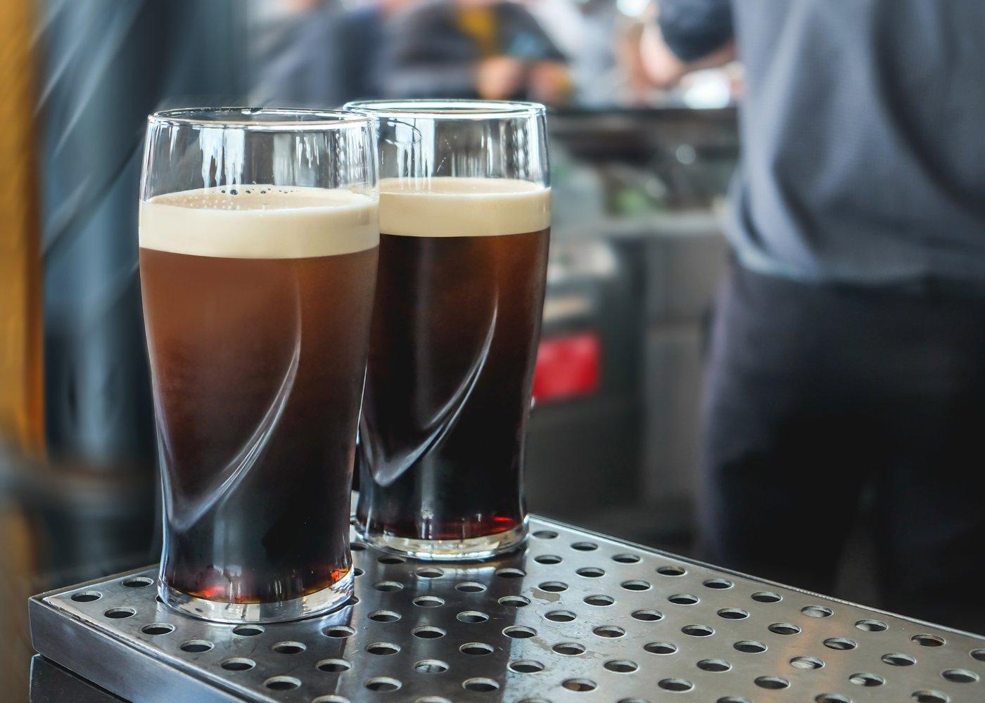 Dois copos de cerveja Guinness