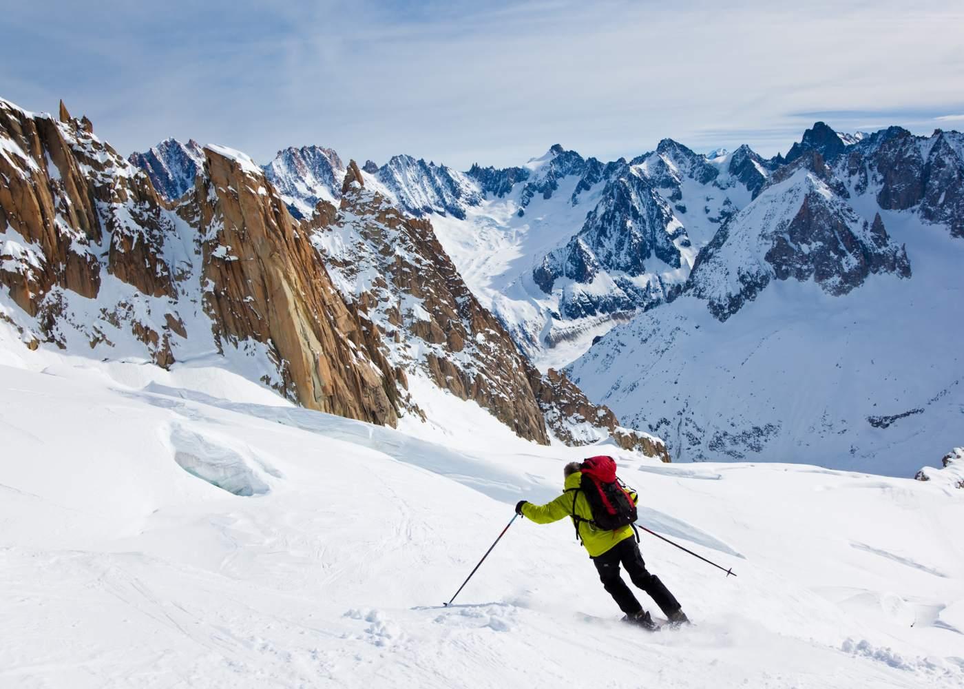 Homem a esquiar em estância de ski