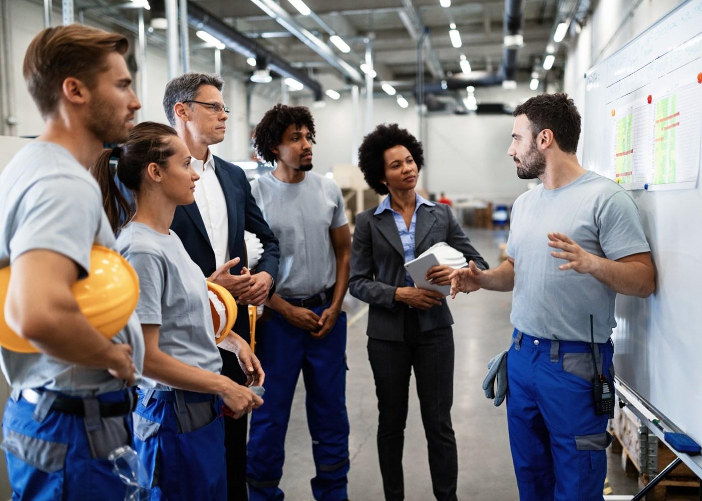 trabalhadores de fábrica a reunir