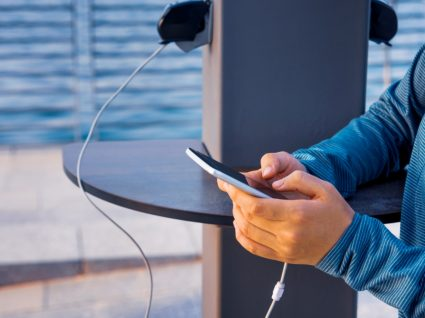 Juice jacking: mulher a carregar o telemóvel num local público
