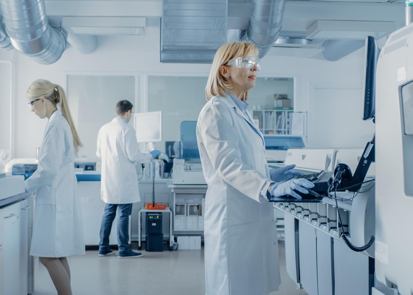 pessoas a trabalhar num laboratório