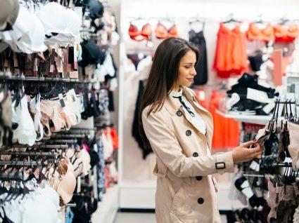 Mulher a comprar lingerir