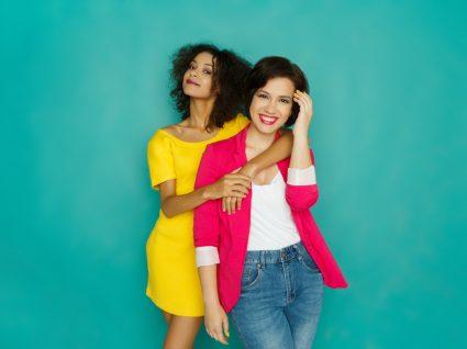 jovens vestidas com mistura de cores improváveis