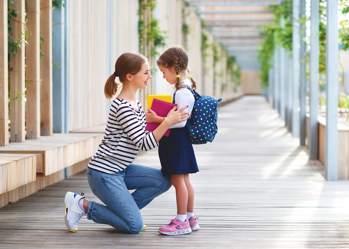mãe deixa filha na escola