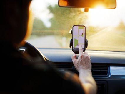 usando telemóvel enquanto conduz