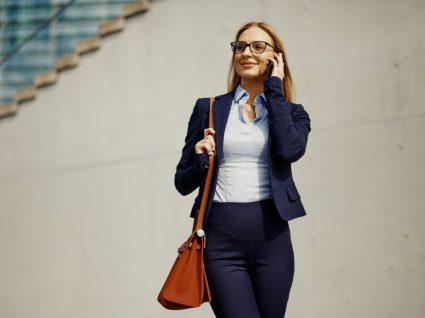 Mulher de negócios com mala