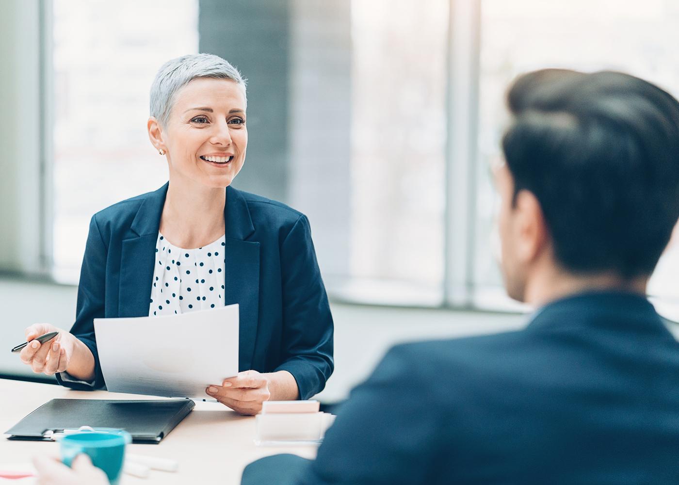 mulher realiza entrevista de emprego