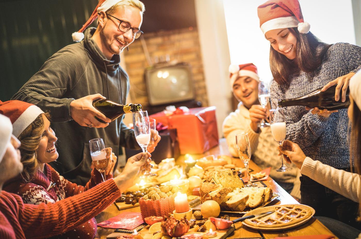 Amigos em jantar de natal