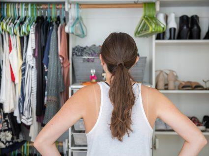 mulher a olhar para armário organizado