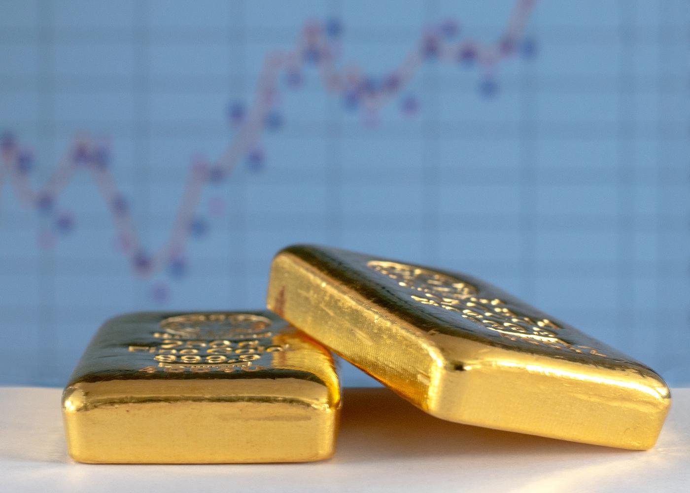Barras de ouro em cima de mesa
