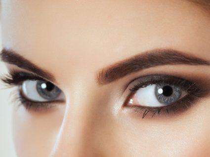 Mulher com olhos maquilhados