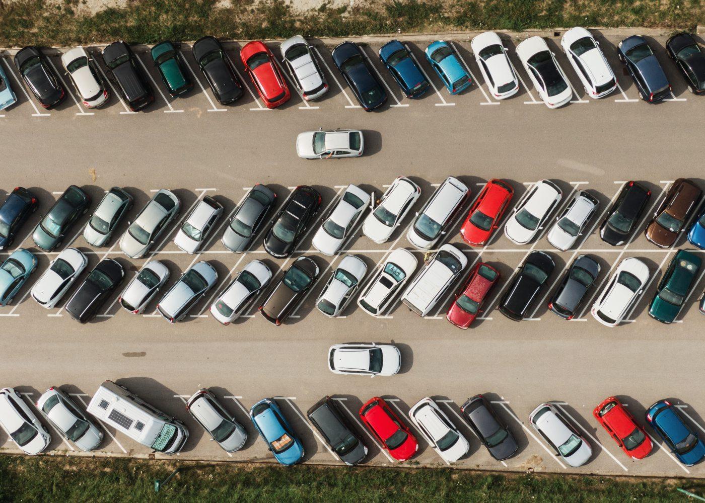 carros estacionados num parque