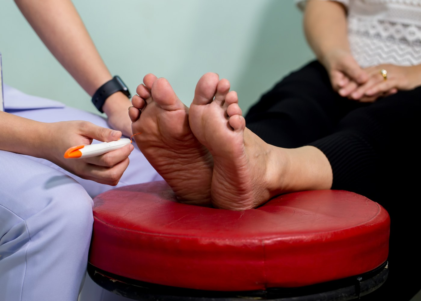 Médico analisa doente com pé diabético
