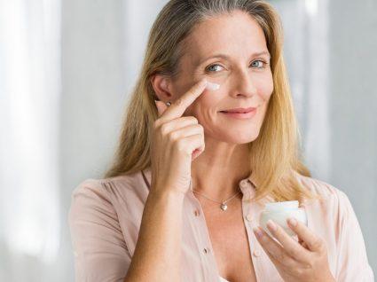Mulher a fazer limpeza de pele